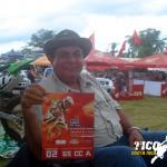 Don Salvador Saborío, abuelo de Edres Saborío muestra orgulloso la tabla de su nieto